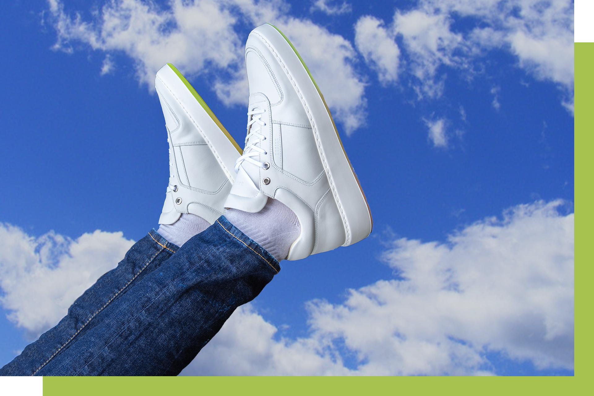 Omslag foto hoe houd je witte sneakers schoon