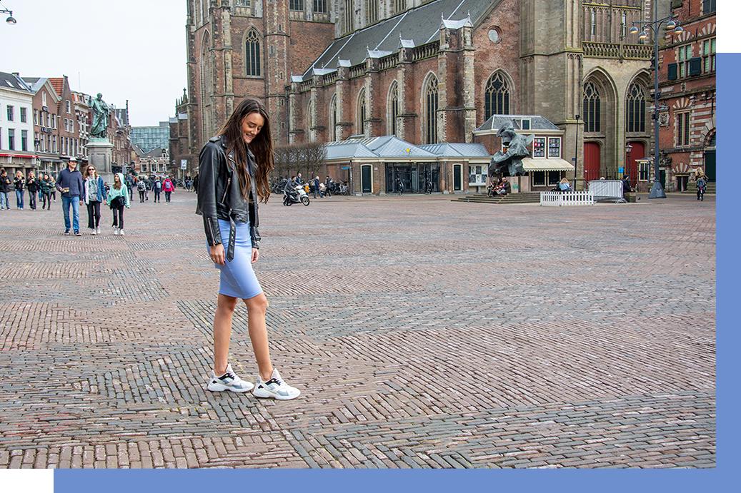 4 manieren om sneakers onder een jurk of rok te dragen